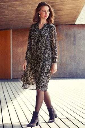IN FRONT – Kjole i leopard print