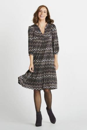 IN FRONT – Kjole med zigzag mønster